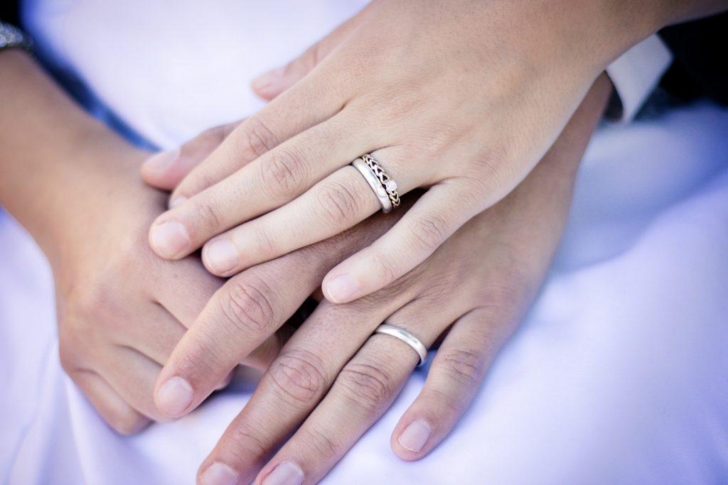 Ubicación de un anillo de plata en la mano