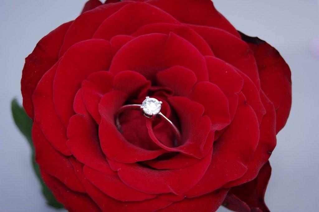 anillo de plata en algo suave